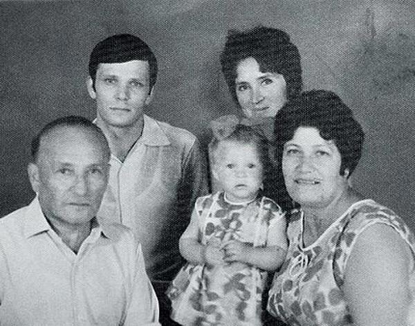 Марина Могилевская в детсские годы со своими родителями фото