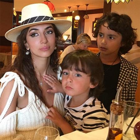 Зара с сыновьями фото