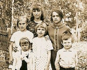 Надежда Кадышева в детстве с сестрами
