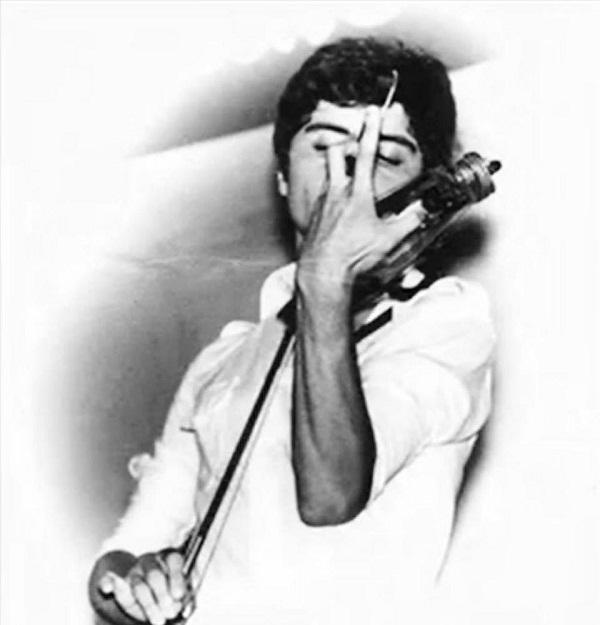 Сосо Павлиашвили играет на скрипке