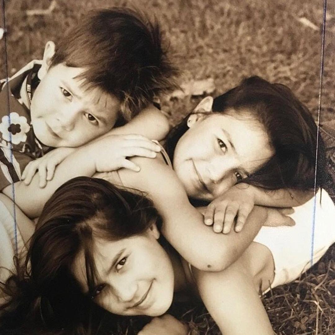 Кей Джей Апа в детстве с подругами