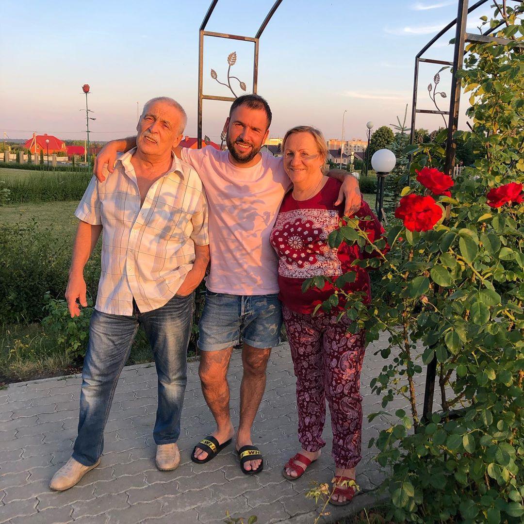 Александр Пташенчук с родителями
